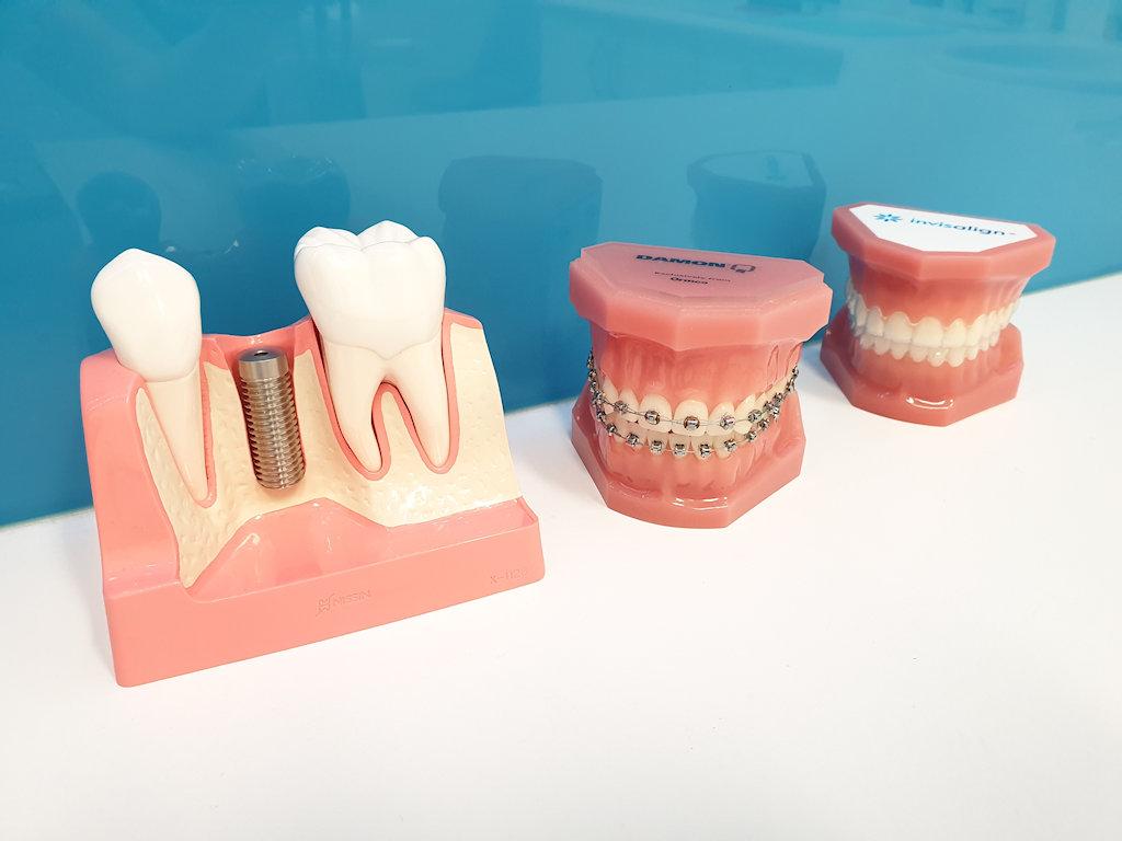 我们也提供美容牙科护理服务,并只使用澳洲境内可以使用的最高品质的素材。我们的美容牙科治疗包括Invisalign隐适美隐形牙套、牙齿美白、树脂补牙和瓷牙贴面。这些治疗旨在让您拥有您梦寐以求的整齐亮白的笑容。